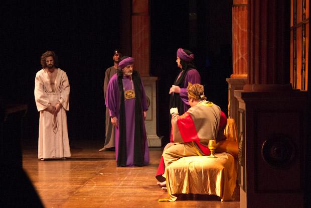 Jesús es llevado ante Herodes.