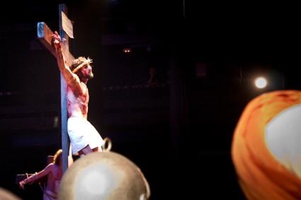Jesús crucificado junto a los ladrones.