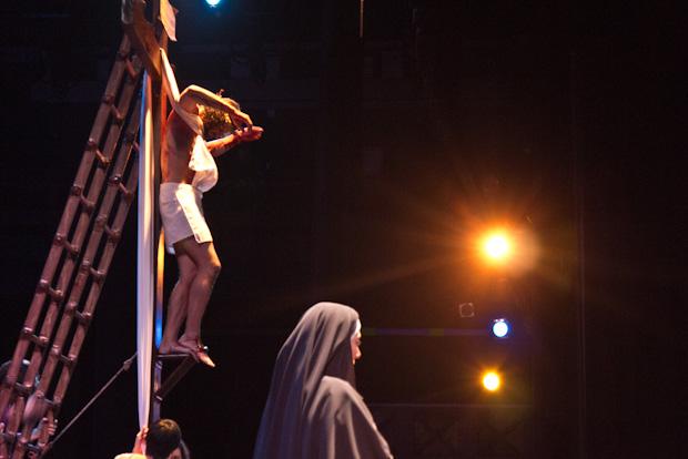 Jesús, tras morir es descendido de la cruz. María espera junto a la cruz.