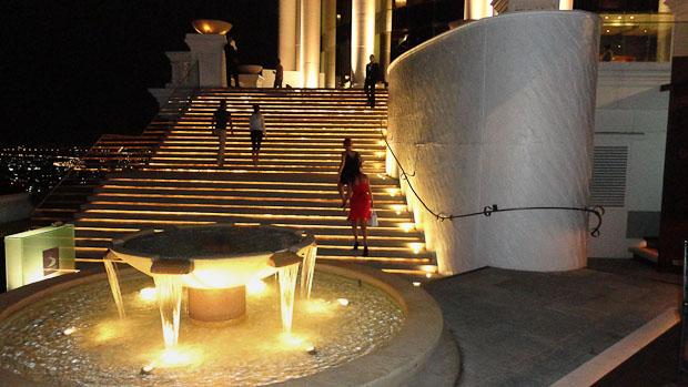 La escalinata por la que llegas a la terraza y en la que no te dejarán detenerte mucho.