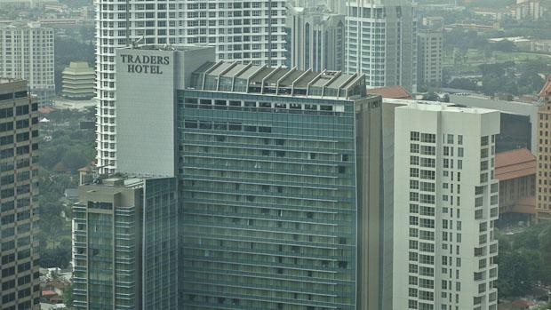 Mirador con piscina y bar del Hotel Traders, frente a las torres.
