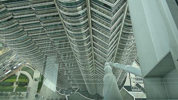 Soportes bajo el skybridge por donde se descolgaba Sean Connery en la película La Trampa.