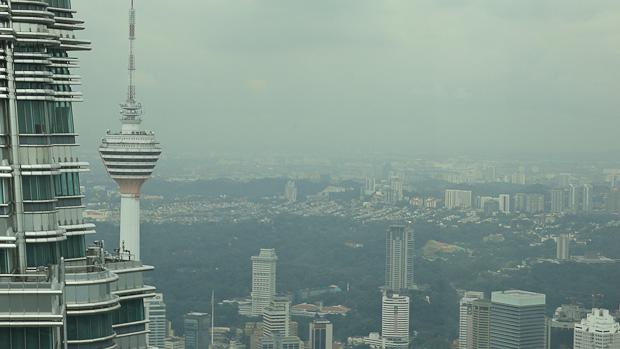 La torre Menara de comunicaciones al fondo, donde también se puede subir a ver la ciudad.