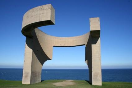 La representante escultura Elogio del Horizonte, de Chillida.