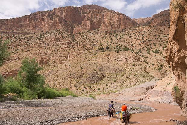 Las montañas del Atlas se levantan enormes alrededor del río.