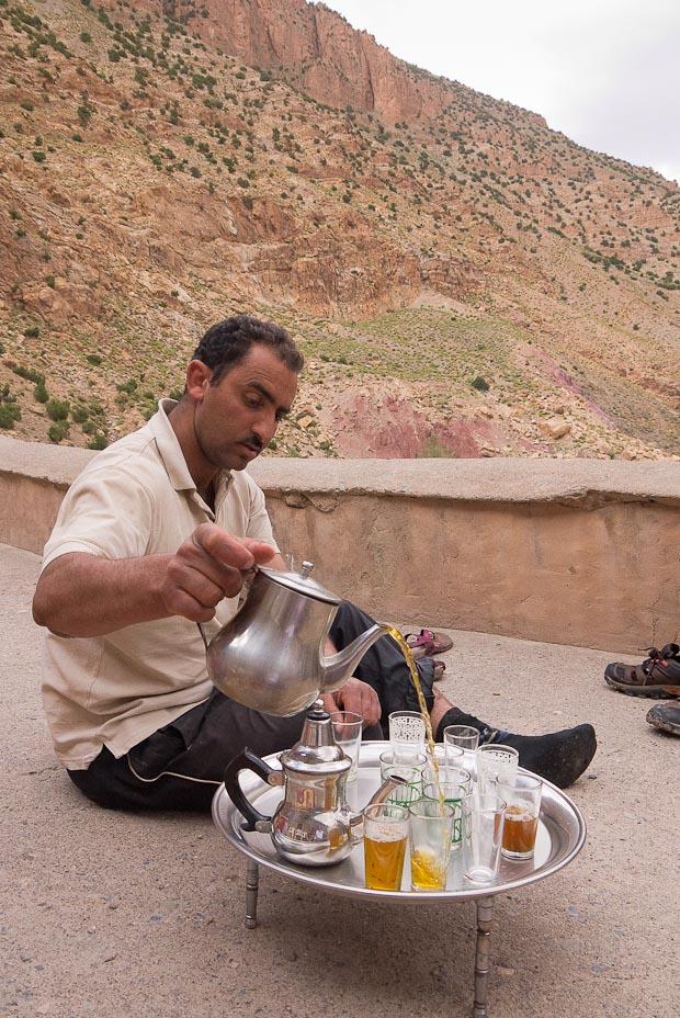 Ibrahim el guía sirviendo el té según la tradición.