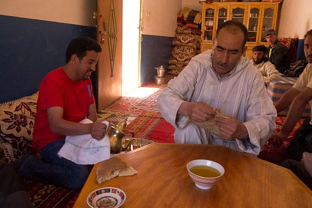 Té y pan con aceite de oliva como reconstituyente al finalizar la ruta.