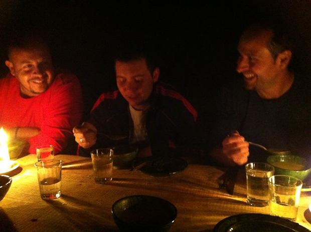 Momento cena a la luz de las velas, Momento cena a la luz de las velas, no porque sea más romántico, sino porque el refugio no tiene luz eléctrica. el refugio no tiene luz eléctrica.