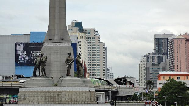 5 estatuas representando las fuerzas del régimen.