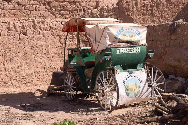 Carro que sirve de anuncio de una Kasbah reconvertida en hotel de cuatro estrellas.