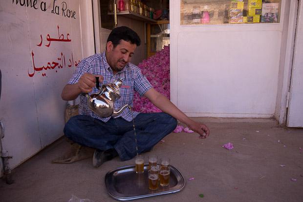 Ahmed, nuestro guía preparándonos el té.