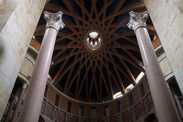 Interior de la iglesia desacralizada que se utiliza como auditorio y sala de actividades.