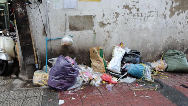 La basura se acumula a última hora en algunos rincones.