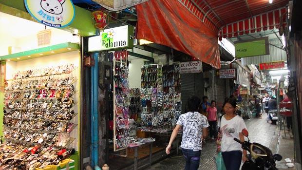 Callejones semi cubiertos forman galerías comerciales enormes.