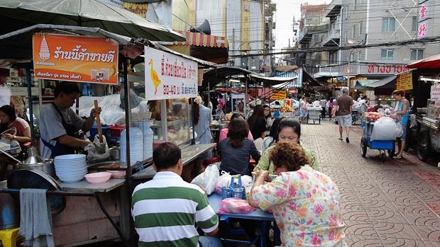 Comer allí en la calle es una experiencia necesaria.