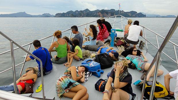 Llegando a la costa de Krabi, muchos aprovechan para dormir en la cubierta.