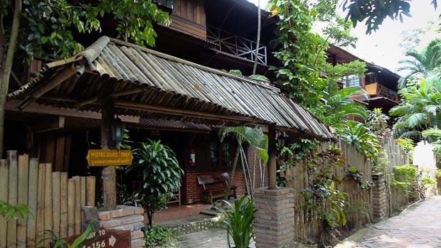 Bungalows del Ya Ya Resort a lado y lado del camino que lleva a Railay Oeste.