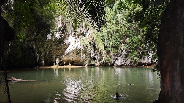 Nadar en la laguna interior como si estuvieras en el centro de la tierra es impresionante.