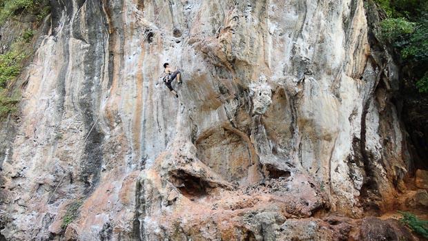 Paredes impresionantes para iniciarse en la escalada, en la playa de Phra Nang.
