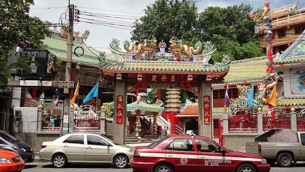 Templos y arquitectura tradicional china entre edificios modernos.