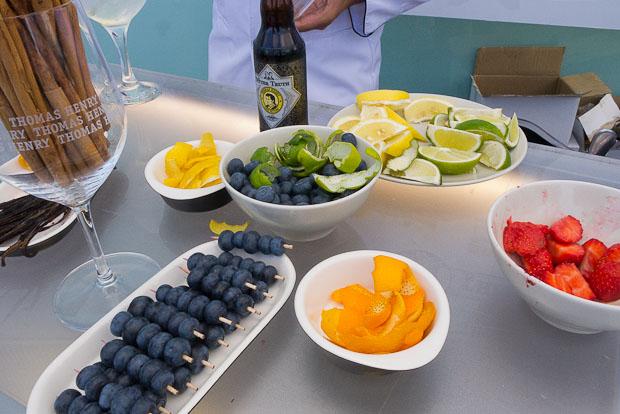 Variedad de condimentos y complementos para preparar los Gin Tonics.