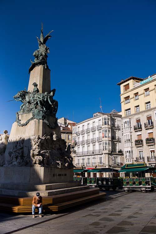 Monumento conmemorativo en la plaza de la Virgen Blanca.