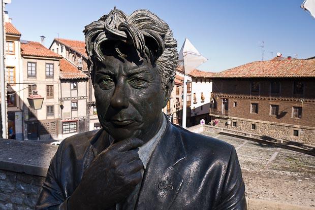 Estatua de Ken Follet frente a la catedral de Santa María.