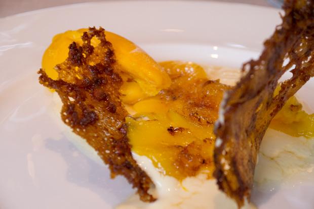 Helado de mango con crema quemada.