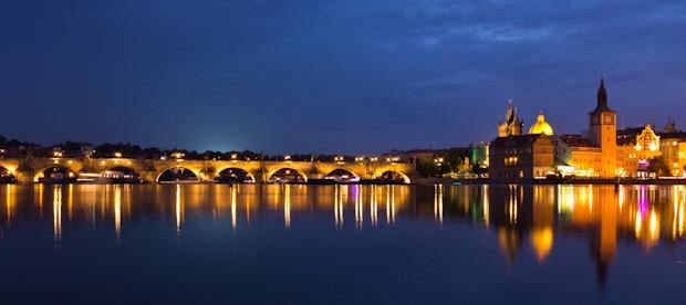 Vista nocturana del puente Carlos.