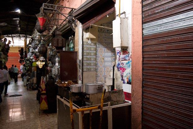 Una de las galerías con puestos de comida.