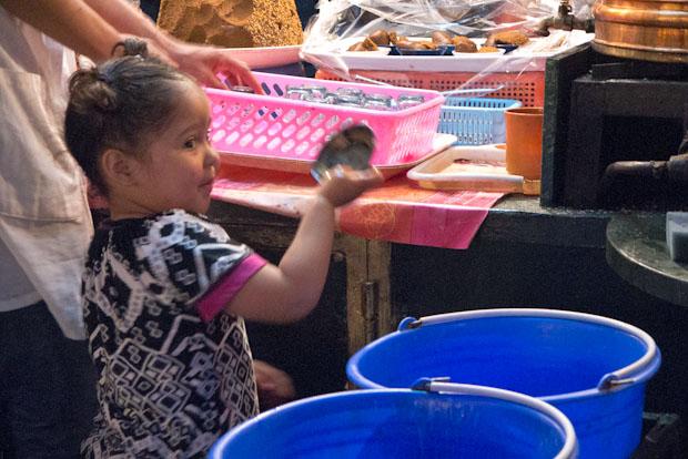 Mejor fijarse en la niña y su gracia lavando que observar que el jabón apenas se acerca a aquellos vasos.