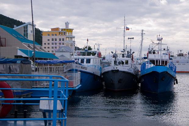 El puerto de Listvyanka con el hotel Mayec (de color amarillo) al fondo.