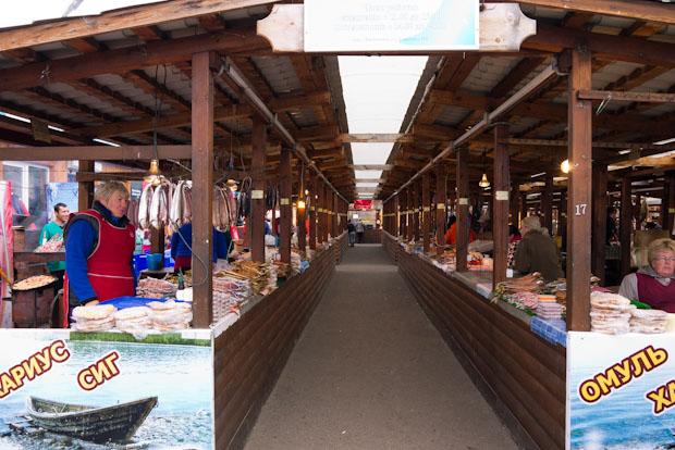 Mercado de ahumados, pescado seco y souvenirs.