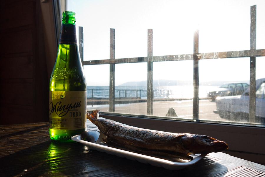 Cerveza y pescado ahumado a orillas del lago Baikal (Rusia)