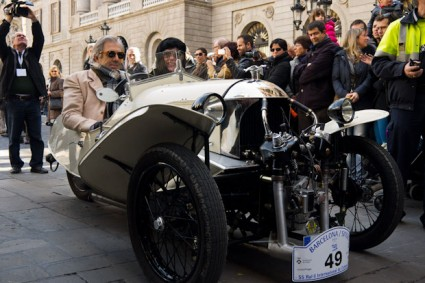 Extraño modelo de tres ruedas y motor entre las ruedas delanteras.