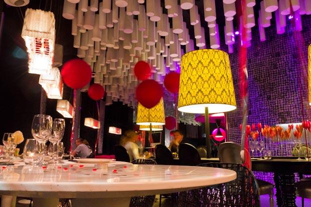 Mesas y decoracón extra con confeti en forma de corazón.