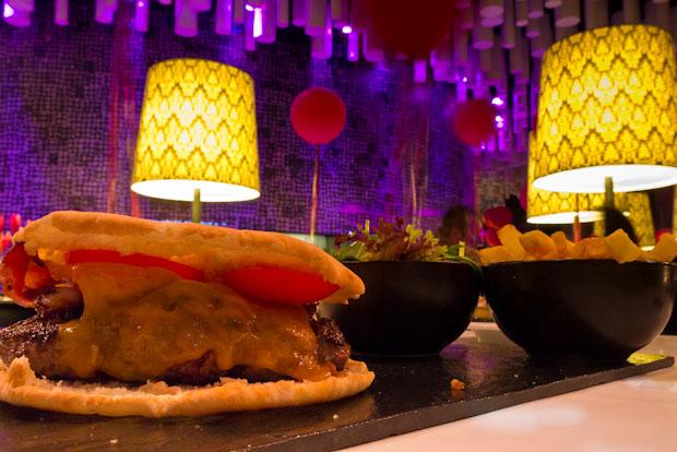 Raval burger. Hamburguesa con ensalada y patatas fritas naturales.