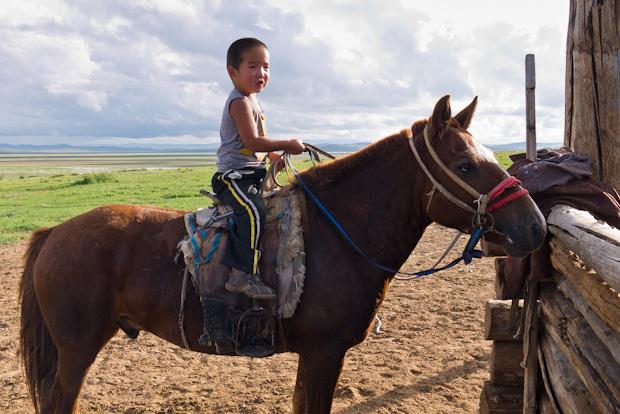 Otro de los pequeñajos en su caballo.