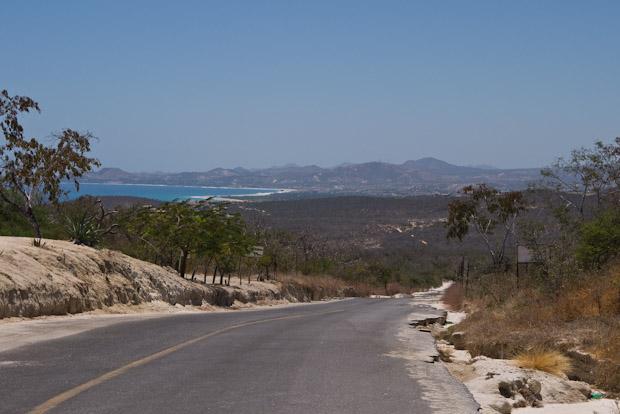 Carreteras entre páramos de cactus y playas desiertas.