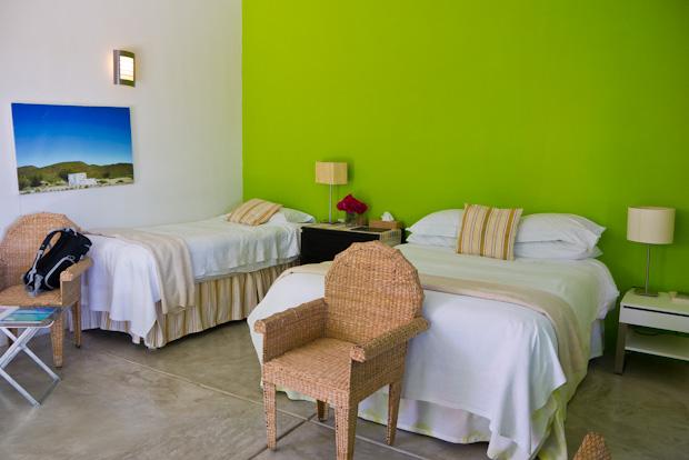 Nuestra habitación en tonos verdes y blancos.