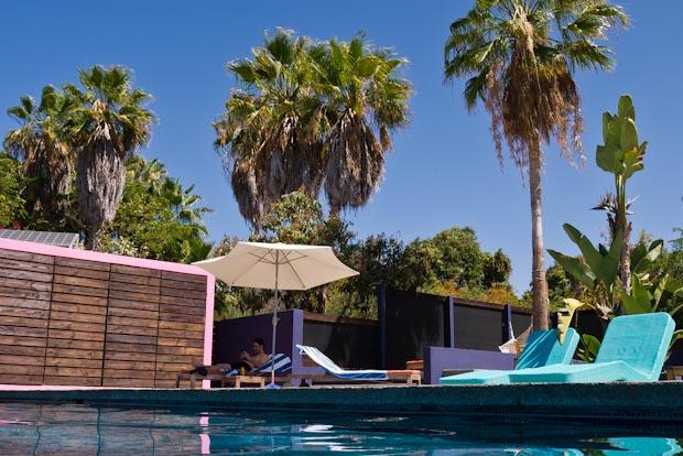La zona de la piscina es perfecta para relajarte antes y después de un día lleno de experiencias.