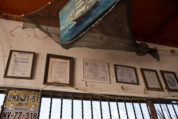 Diplomas y reconocimientos al trabajo de Mariscos Patricio.