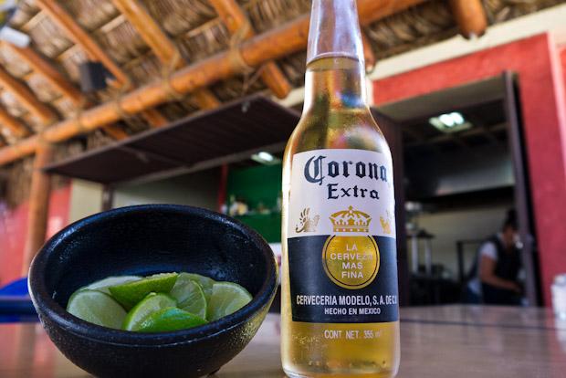 Coronas, limas juanita la cocinera al fondo de Taquería Margarita.