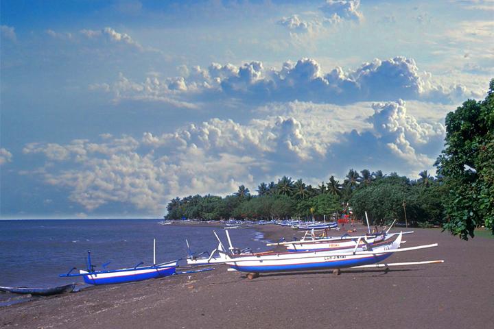 Playas y barcas de pesca en Lovina (foto: hotelgryasari.info)