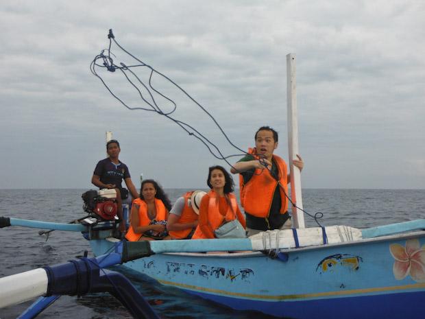 Lanzando un cabo para remolcar a la barca averiada.