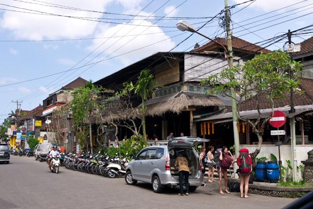 Calle principal de Ubud, cargado de turistas.