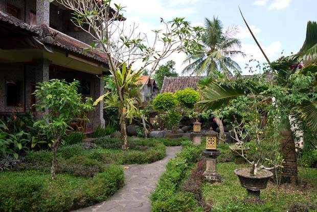 Los interiores de las casas con bonitos jardines.