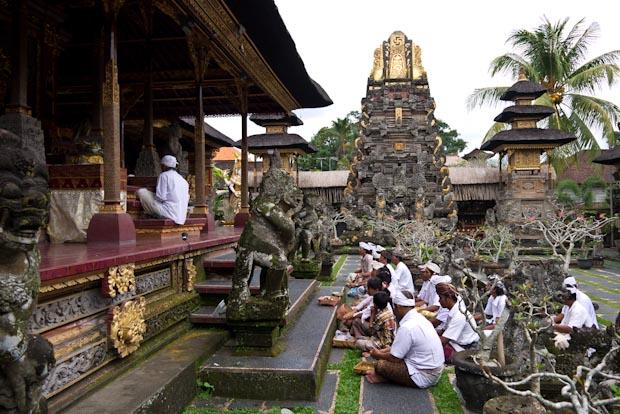 Ceremonia en el templo, al fondo del Lotus Café.
