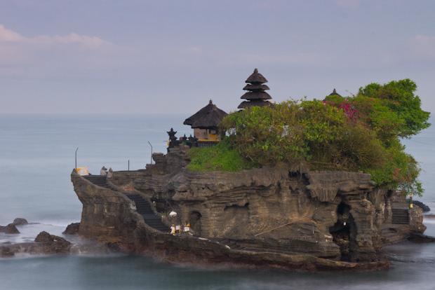 El templo de Tanah Lot, bajo las nubes... y el experimento a la porra.