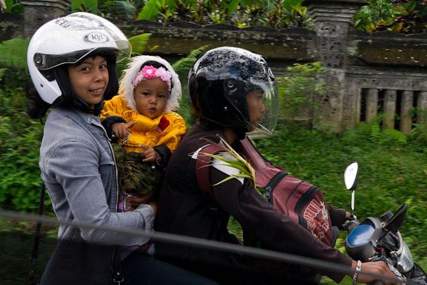 Tres, cuatro y hasta cinco personas en una moto, lo más normal.